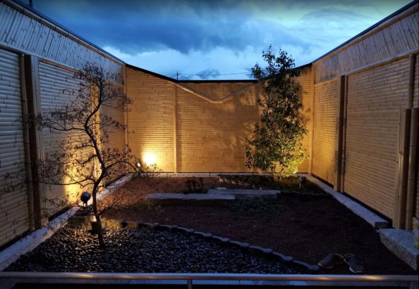 露天風呂の坪庭夜